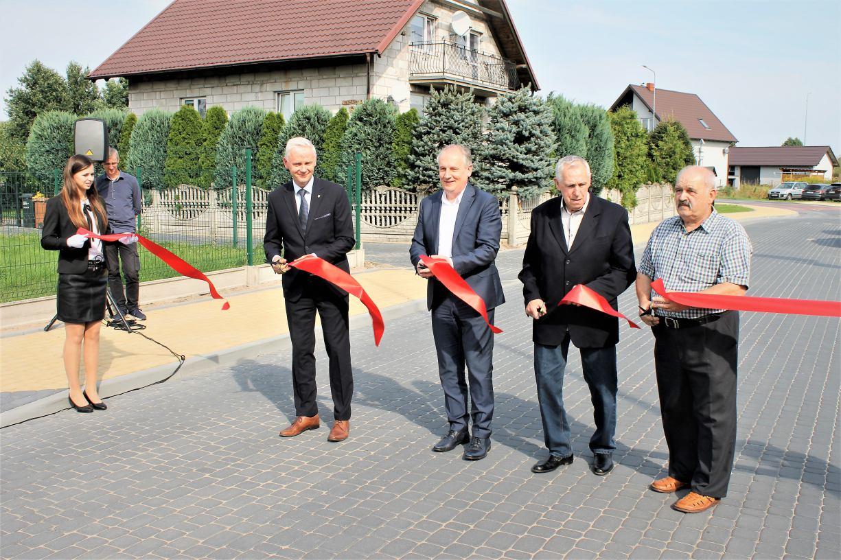 Wojewoda Pomorski Dariusz Drelich z wizytą w gminie Czersk. Otwierał jedną z wyremontowanych ulic