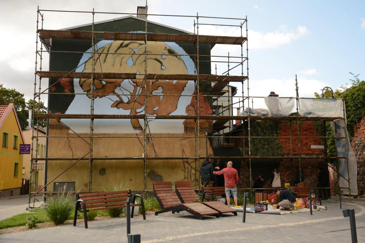 W Debrznie powstaje pierwszy w tym mieście mural. Autorem projektu jest Igor Morski, światowej klasy grafik FOTO, WIDEO
