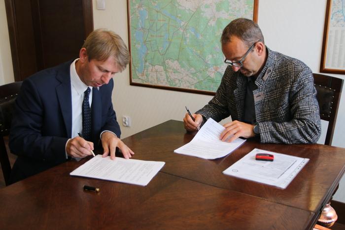 Burmistrz Brus podpisał umowy na dwie inwestycje drogowe