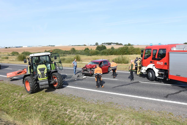 Wypadek na obwodnicy Chojnic. Samochód osobowy zderzył się z ciągnikiem, 3 osoby poszkodowane