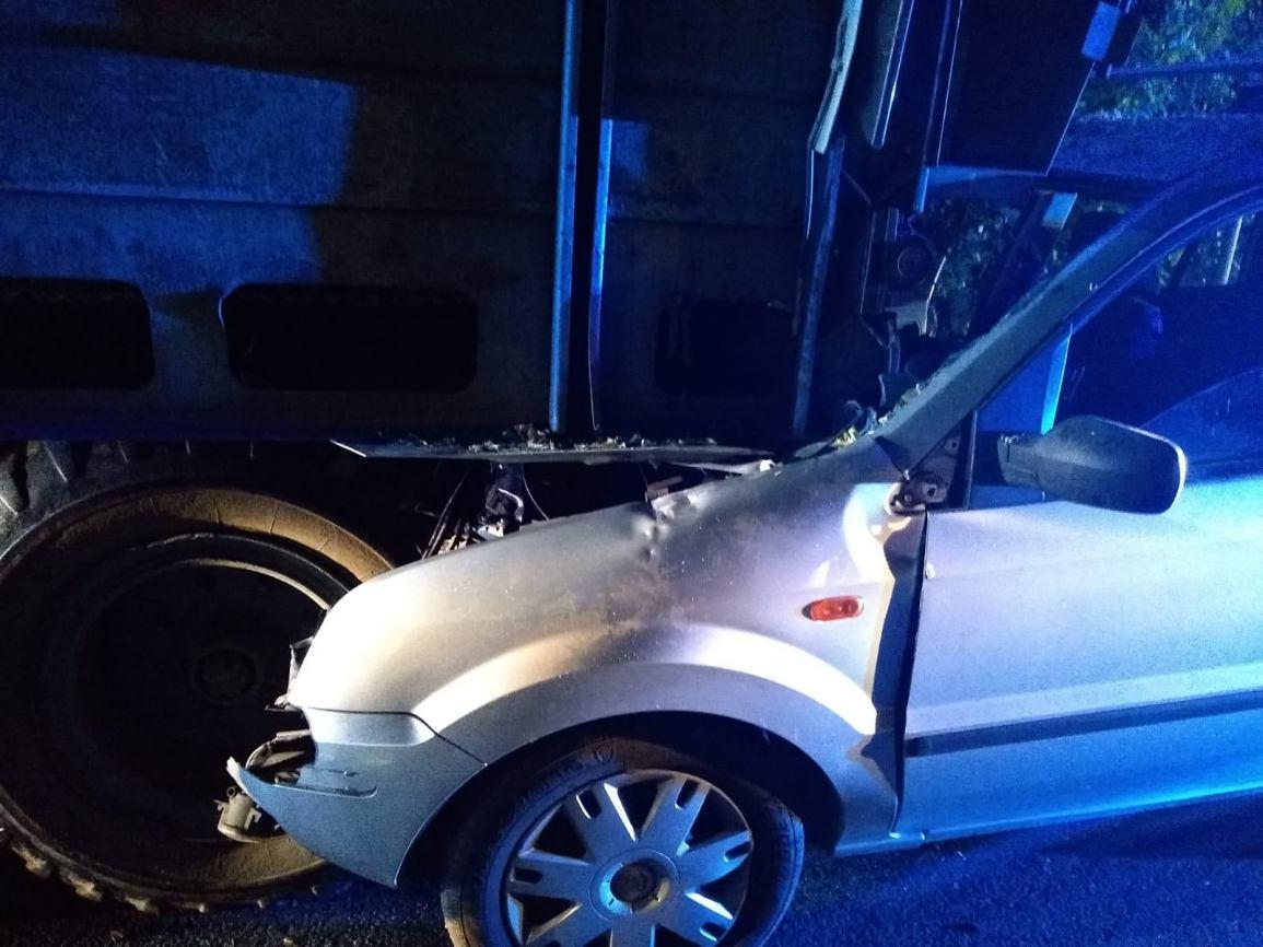 Policja ma ustalenia w sprawie kolizji samochodu i ciągnika na drodze 240 FOTO