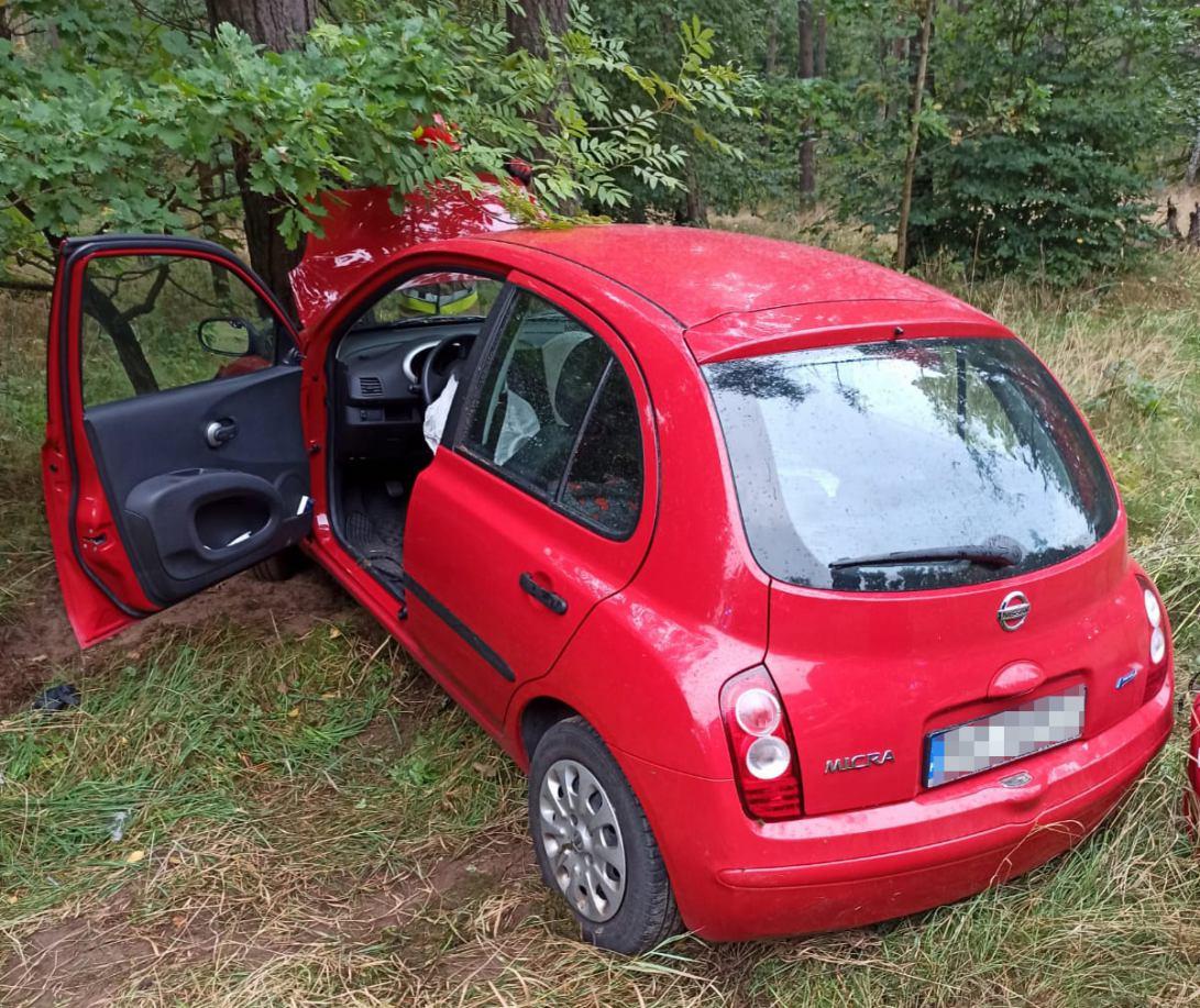 Osobówka uderzyła w drzewo na Drodze Krajowej nr 25. Autem podróżowały trzy osoby