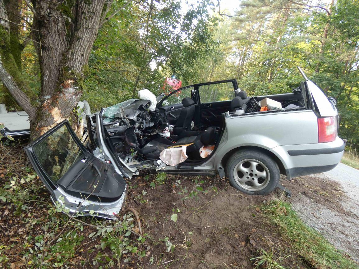 Na drodze Nowy Barkoczyn- Będomin vw passat uderzył w drzewo