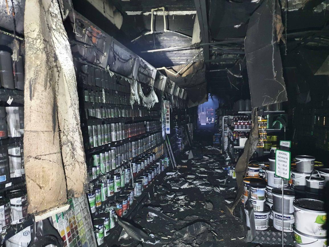 Palił się market budowlany w Czersku. Są spore straty. Paliły się kasy fiskalne i narzędzia