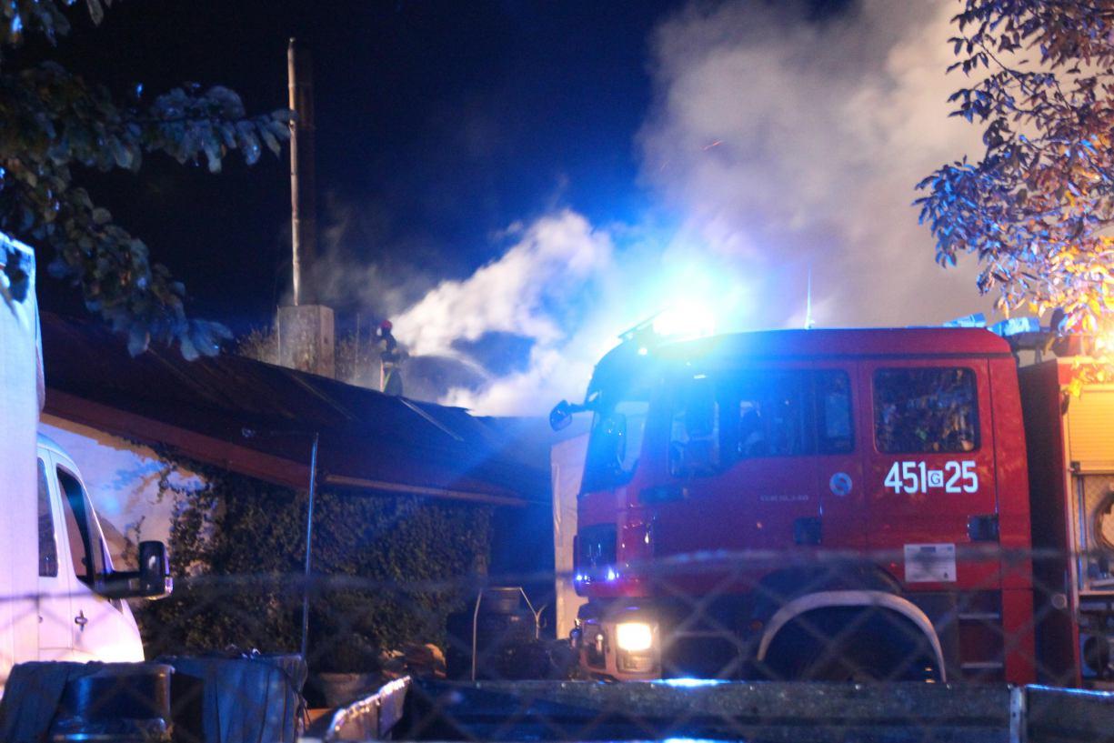 Najpierw groźny pożar stolarni, potem opustoszałej kamienicy. Pracowita noc kościerskich strażaków