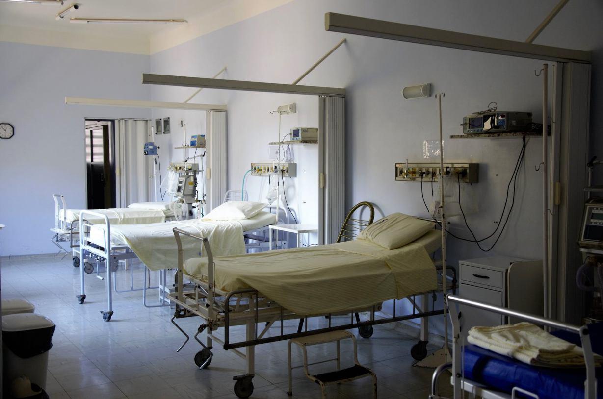 Liczba zakażeń koronawirusem rośnie, a oddziały szpitalne leczące pacjentów z COVID-19 są już zapełnione