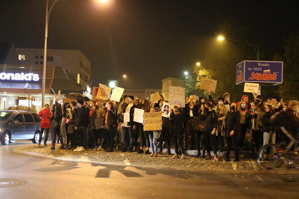 Nie będzie Kaczor pluł nam w twarz. Czwarty dzień protestu kobiet w Chojnicach. Zablokowane ronda, chodniki i ulice FOTO, WIDEO