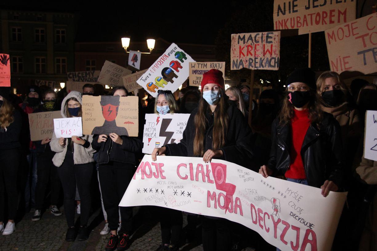 Rekordowa liczba uczestników protestu w Kościerzynie. Na ulice miasta wyszły 3 tysiące osób FOTO