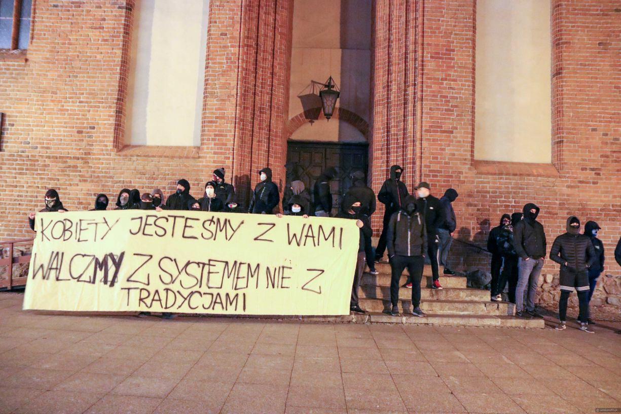 Popierają protestujące kobiety, ale sprzeciwiają się lewackim bojówkom. Kibice, którzy w środę pojawili się przed chojnicką Bazyliką wydali oświadczenie