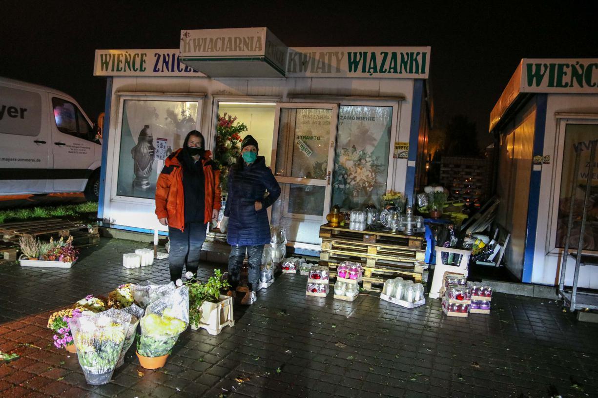 Zakorkowane ulice i zaskoczeni sprzedawcy kwiatów po decyzji o zamknięciu cmentarzy. Także w Chojnicach