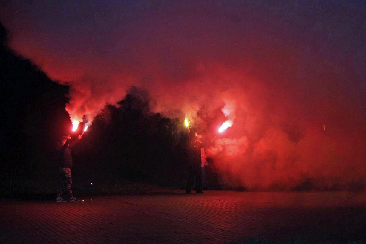 Protest mniej liczny, niż w poniedziałek, ale za to z płonącymi flarami - w piątek protestowała Tuchola FOTO