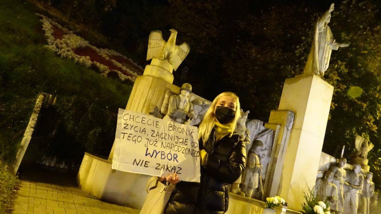Ponad 200 osób protestowało w Sępólnie Krajeńskim przeciwko decyzji Trybunału Konstytucyjnego FOTO, REPORTAŻ