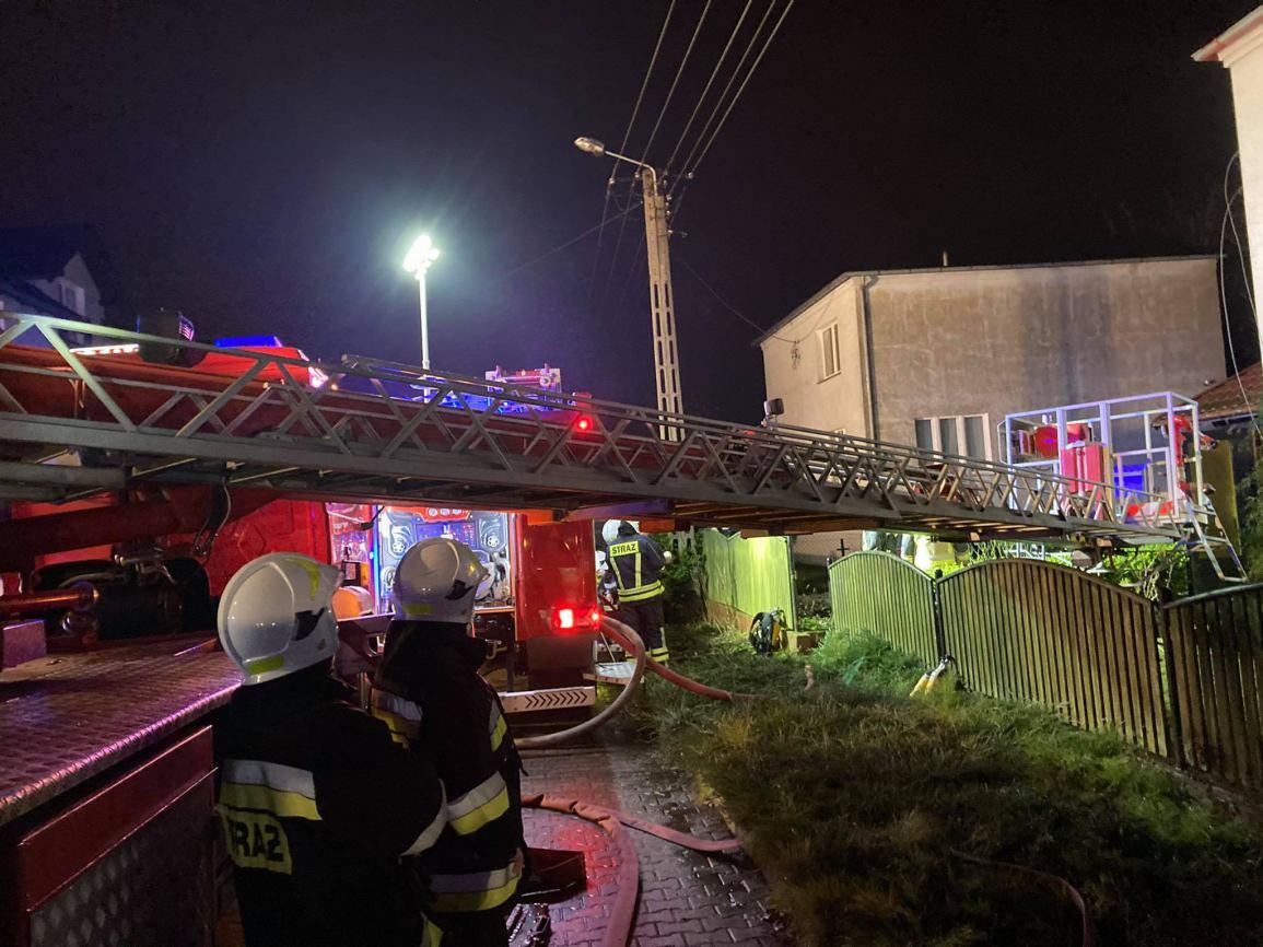 Nocny pożar pierwszego piętra domu jednorodzinnego w Brusach FOTO