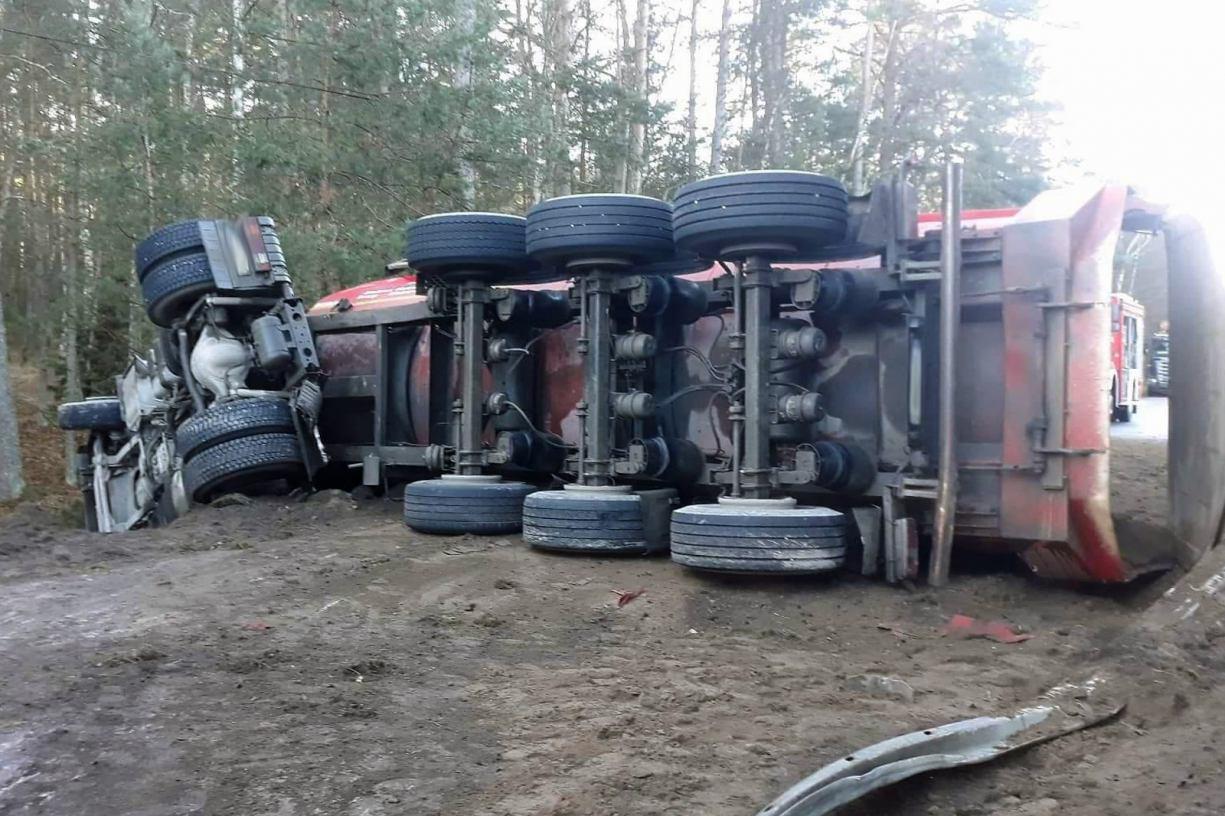 Ładunek na jezdni, kierowca zakleszczony w pojeździe. Na drodze 236 w Drzewiczu przewróciła się ciężarówka