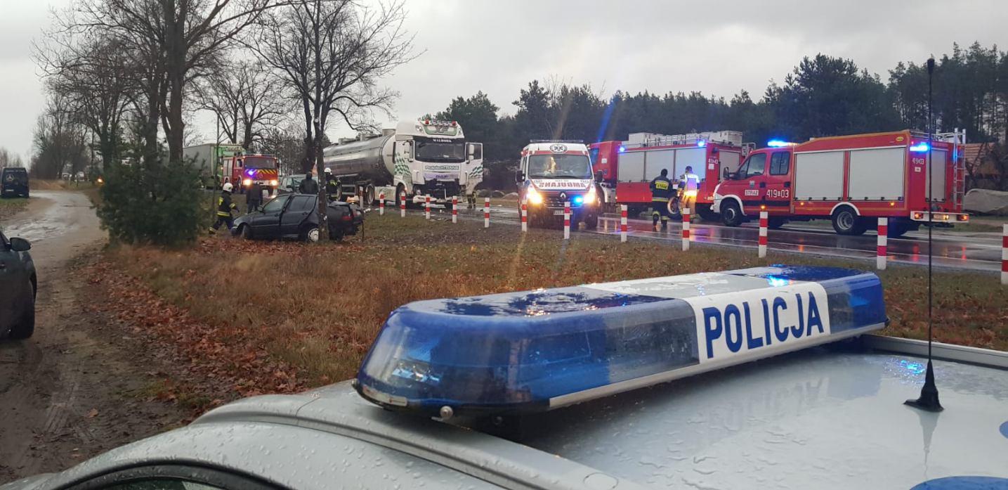 Zderzenie auta osobowego z ciężarowym na drodze krajowej 22 w Łęgu-Kolonii w gminie Czersk
