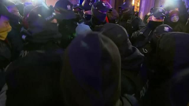Protest przed MEN i szarpanina z policją. Zatrzymano m.in. dziennikarkę