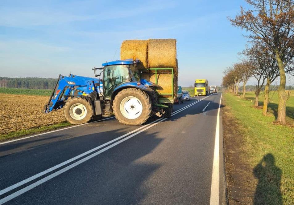Kolizja ciągnika rolniczego z samochodem osobowym na drodze krajowej nr 25 w gminie Kamień Krajeński