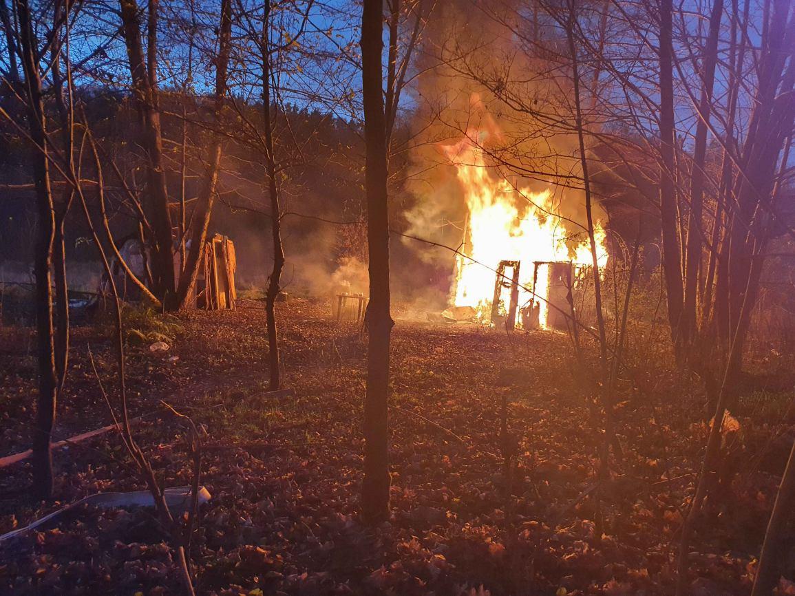W chojnickim Lasku Miejskim paliła się szopka, w której mieszkają bezdomni