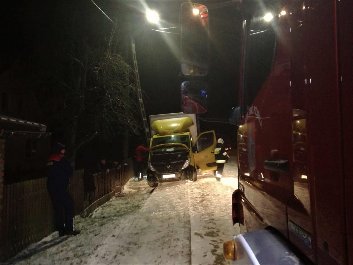 W miejscowości Tągowie bus uderzył w słup energetyczny. Kierowca bez poważnych obrażeń FOTO