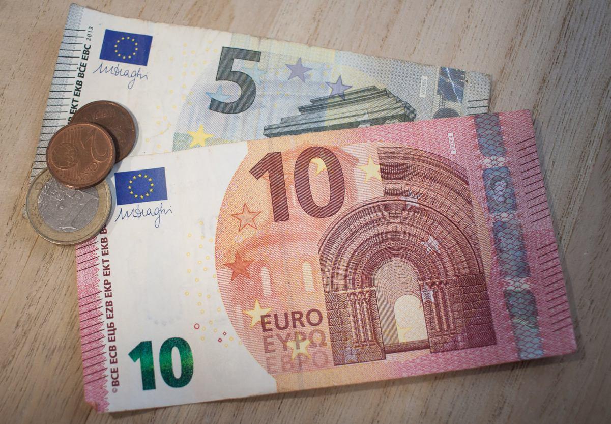 46-latka uwierzyła, że poznany w internecie mężczyzna chce jej wysłać cenną paczkę, więc zapłaciła cło. Straciła 6,5 tys. euro