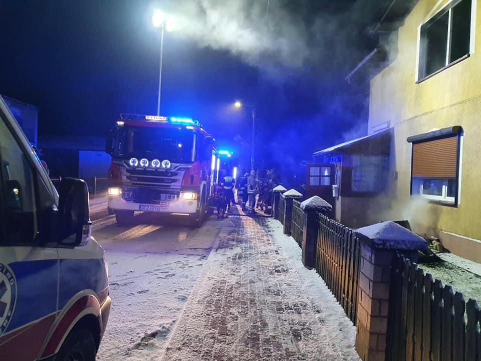 Pożar mieszkania w Przechlewie. Dwie osoby uległy lekkiemu podtruciu