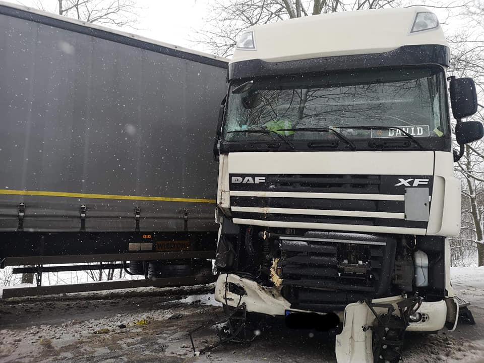 Kolizja z udziałem samochodu ciężarowego w powiecie kościerskim. Utrudnienia w ruchu