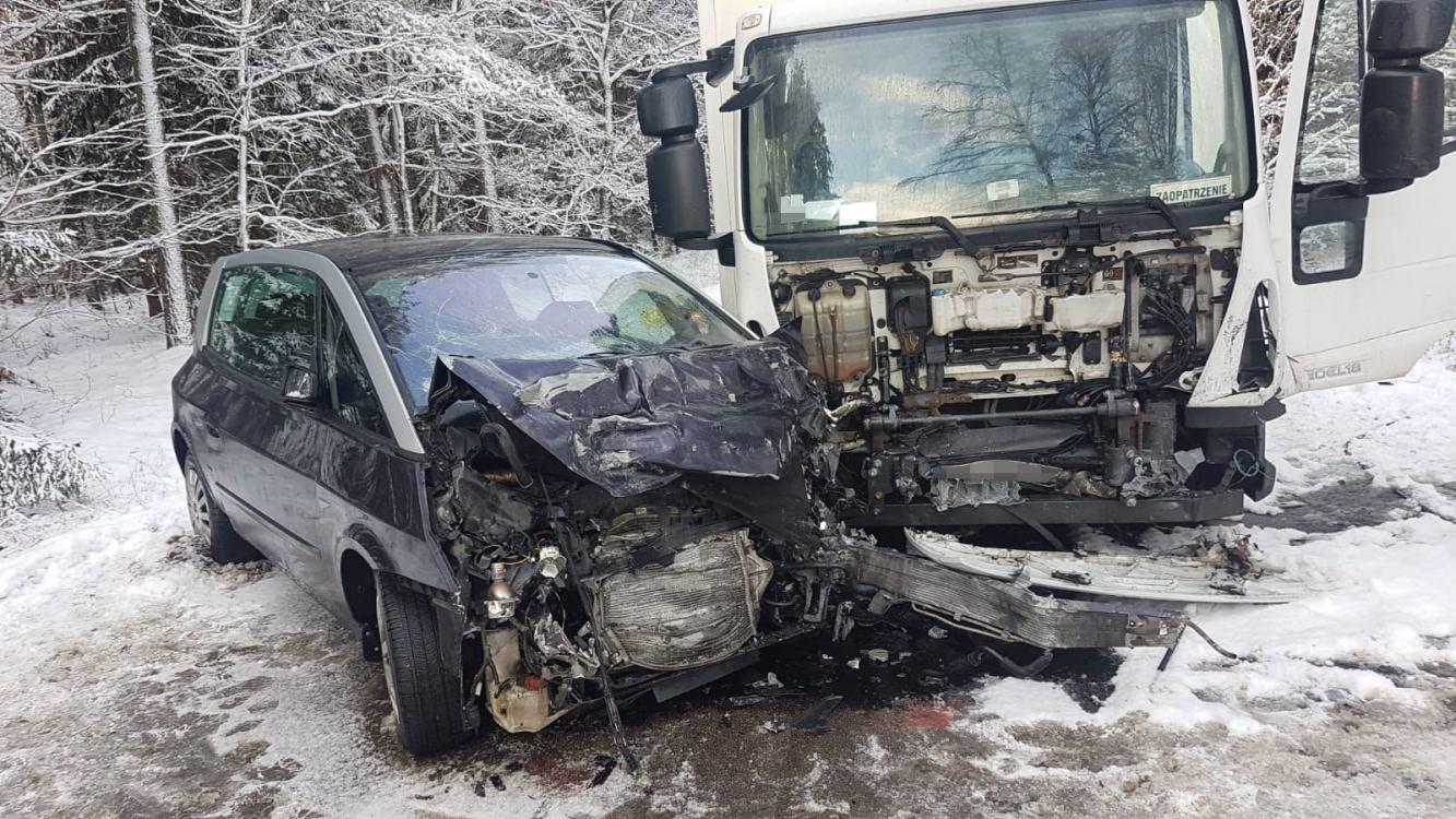 Zderzenie osobówki z ciężarówką w gminie Rzeczenica. Jedna osoba poszkodowana