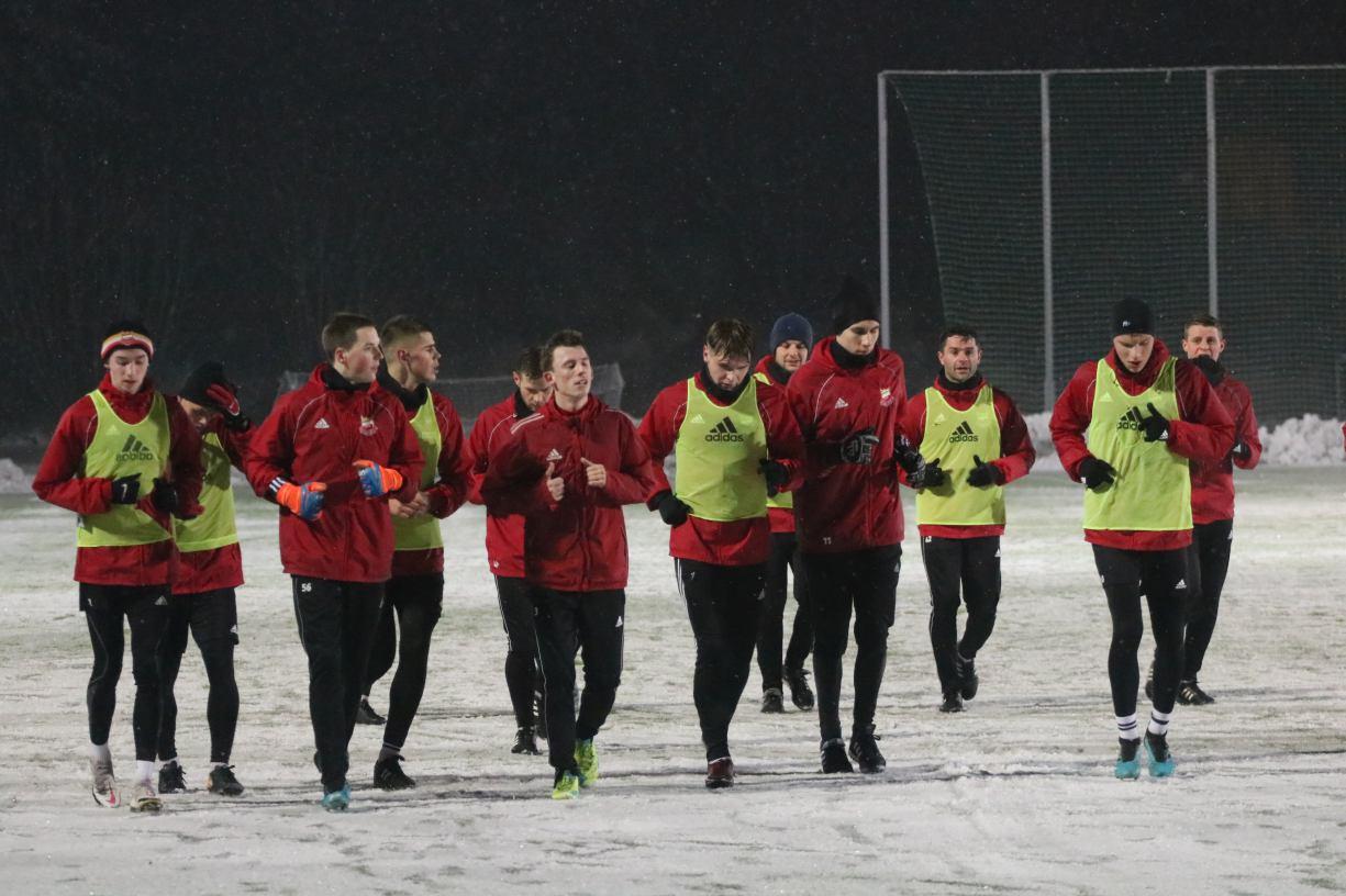 Piłkarze Chojniczanki wyjechali dziś 18.01 na tygodniowy obóz do Jarocina. W kadrze jest 28 zawodników