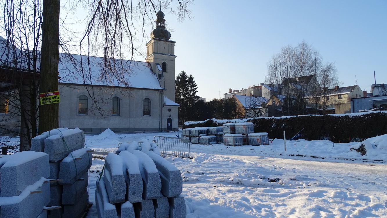 Kolejne kłopoty na placu budowy przy rewitalizacji centrum Sępólna Krajeńskiego. Trzeba wymienić grunt przy kościele? FOTO