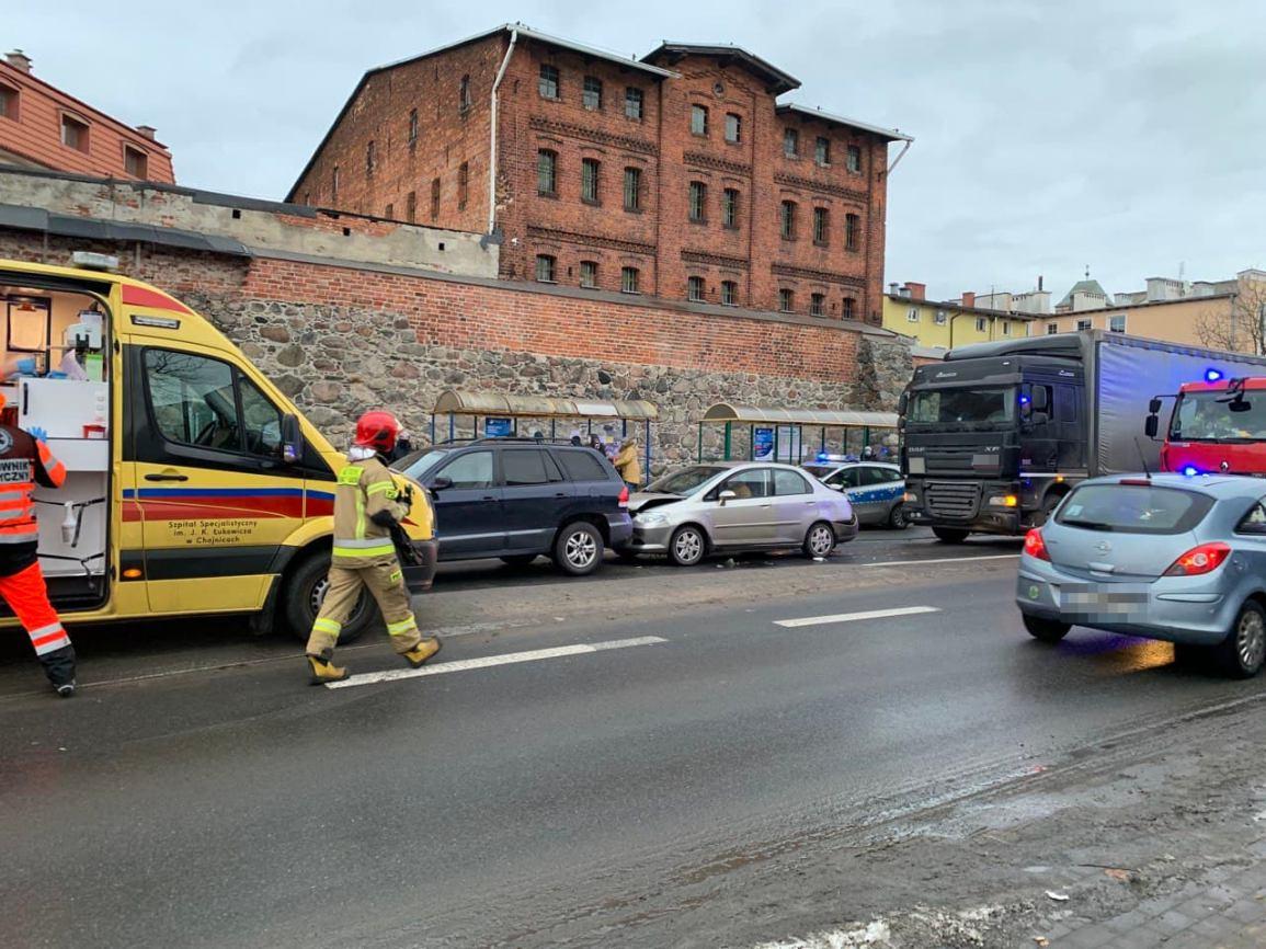Zderzenie ciężarówki i dwóch osobówek na ulicy Sukienników w Chojnicach FOTO