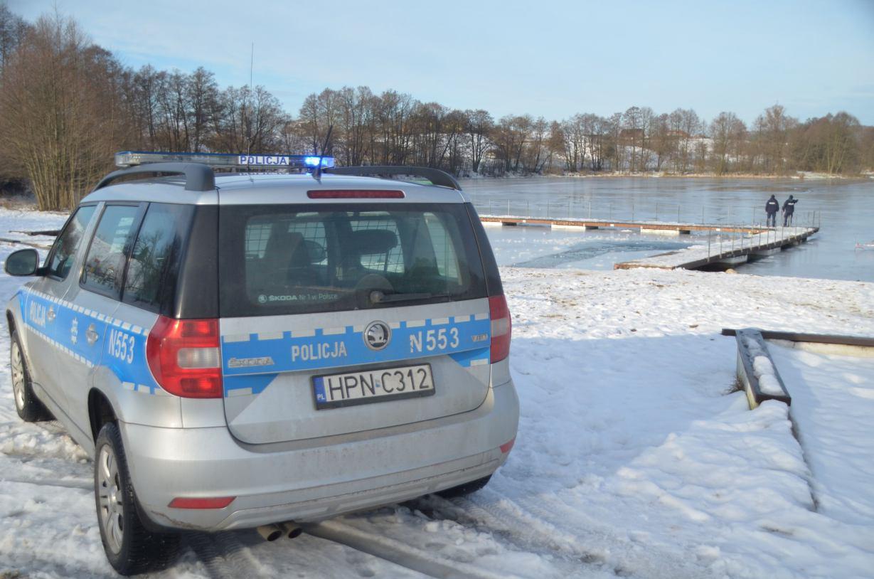 O krok od tragedii w Kościerzynie. Policjanci zauważyli 12-latka, który kuł dziurę w lodzie daleko od brzegu jeziora