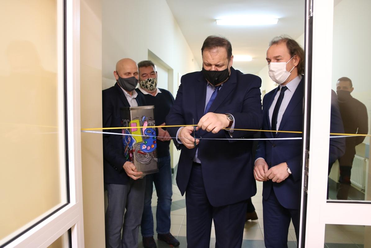 Symboliczne przecięcie wstęgi w dobudowanej części Zespołu Szkół Specjalnych w Chojnicach FOTO