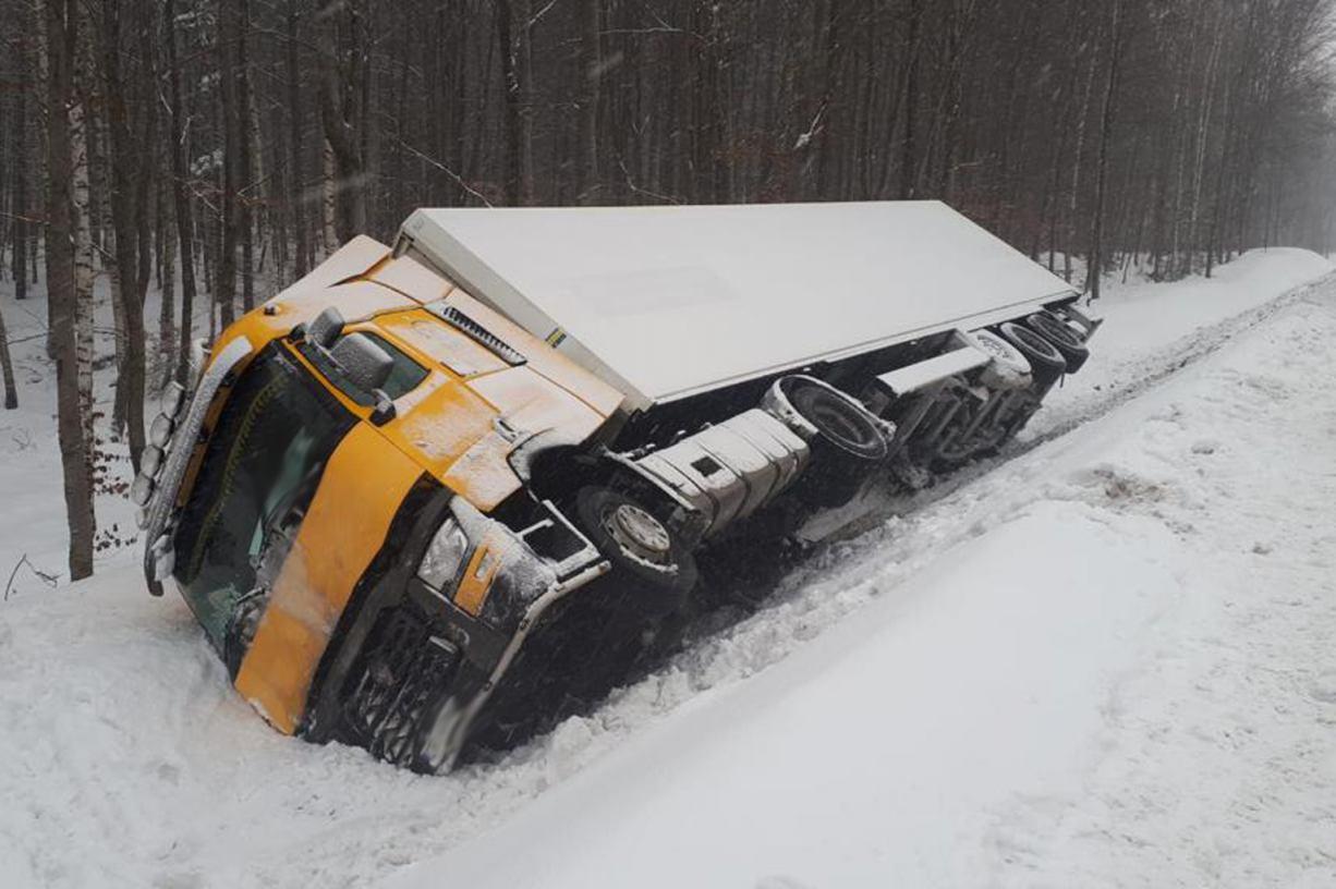 Trudne warunki drogowe. Zablokowany jest odcinek drogi nr 209 między Bytowem i Borzytuchomiem FOTO