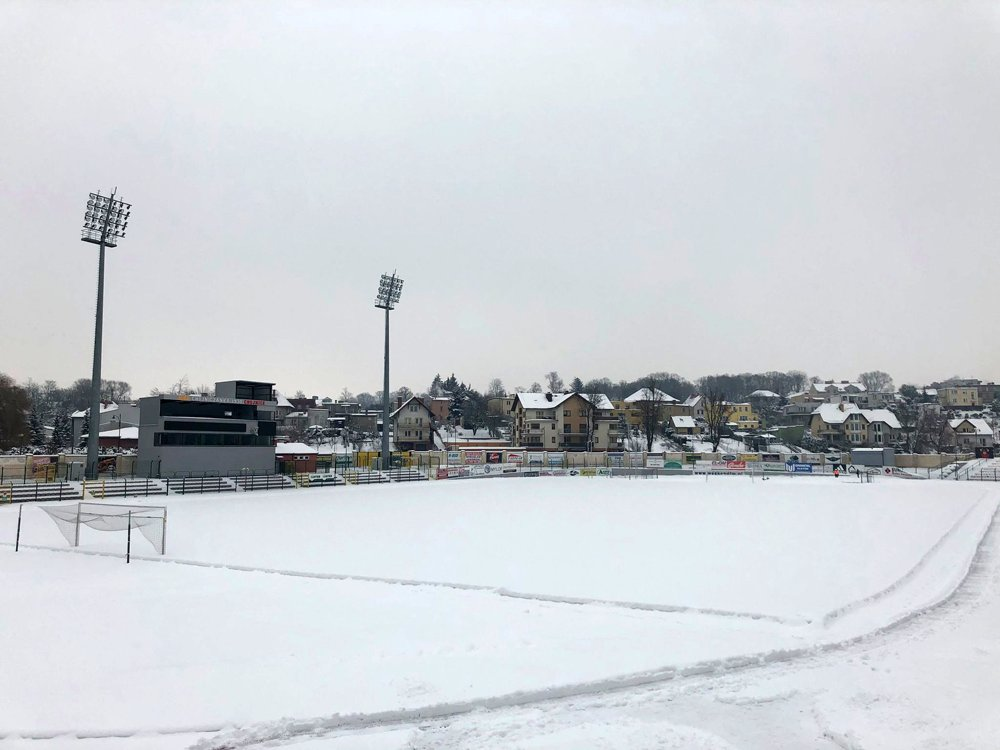 MKS Chojniczanka prosi kibiców o pomoc w akcji odśnieżania boiska na stadionie. Przed meczem z Cracovią