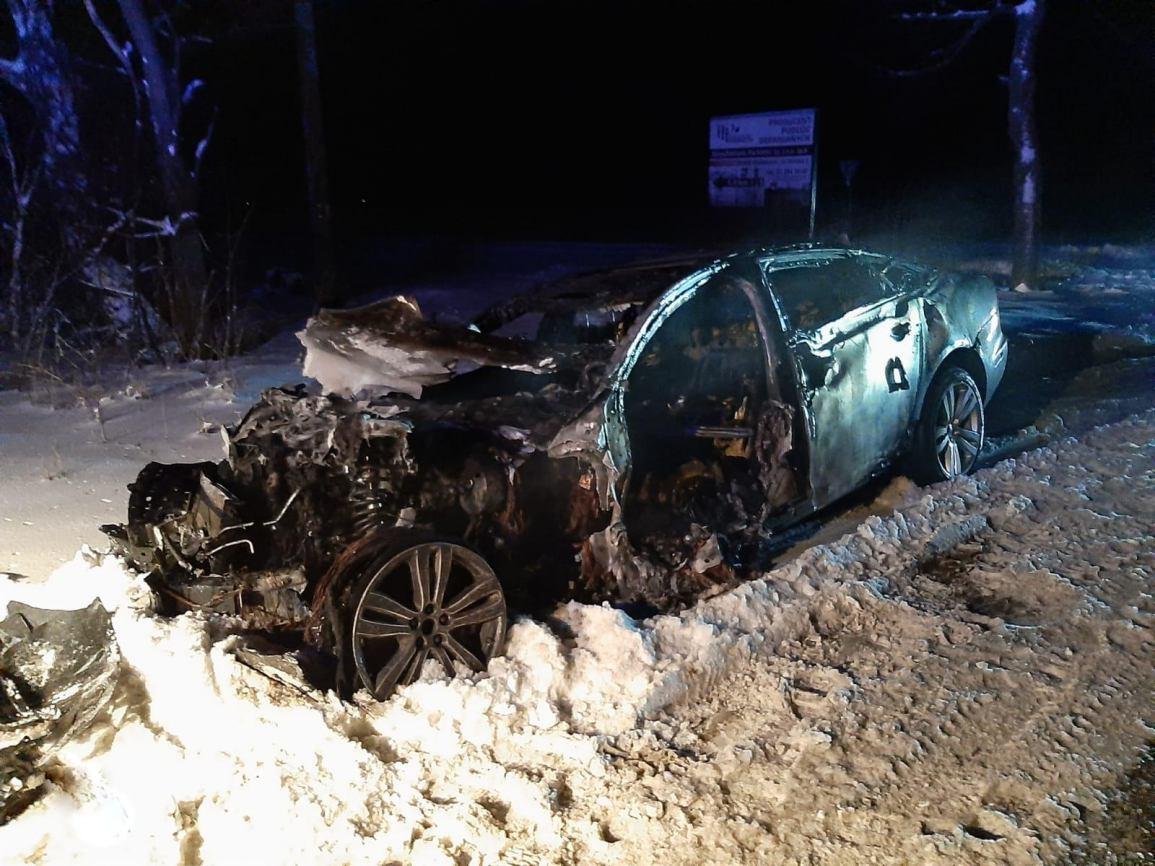 Po niegroźnej kolizji w Piastoszynie doszczętnie spłonęło auto marki Jaguar