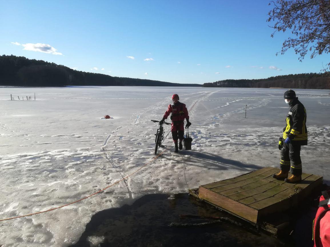 Wędkarz wpadł pod lód, gdy jechał rowerem po tafli na jeziorze Dybrzk w Czernicy. Mężczyzna sam wydostał się na brzeg FOTO