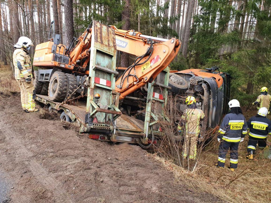 Wypadek na DW 212 w okolicach miejscowości Babilon. Z drogi wypadła ciężarówka. Samochód zajechał jej drogę FOTO