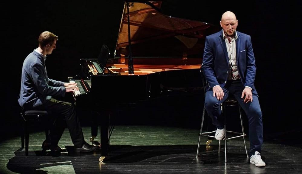 Chojniczanie nagrali przebój QUEEN. Sebastian Sikorski z ROOMX tym razem z pianistą Mateuszem Buse. Zobacz klip