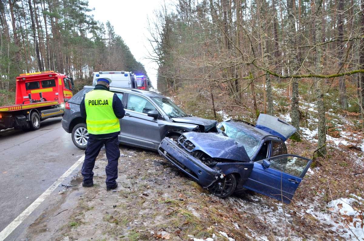 Trzy osoby ranne w wypadku w Grzybowskim Młynie, w gminie Kościerzyna. Zderzyły się tu bmw i volkswagen