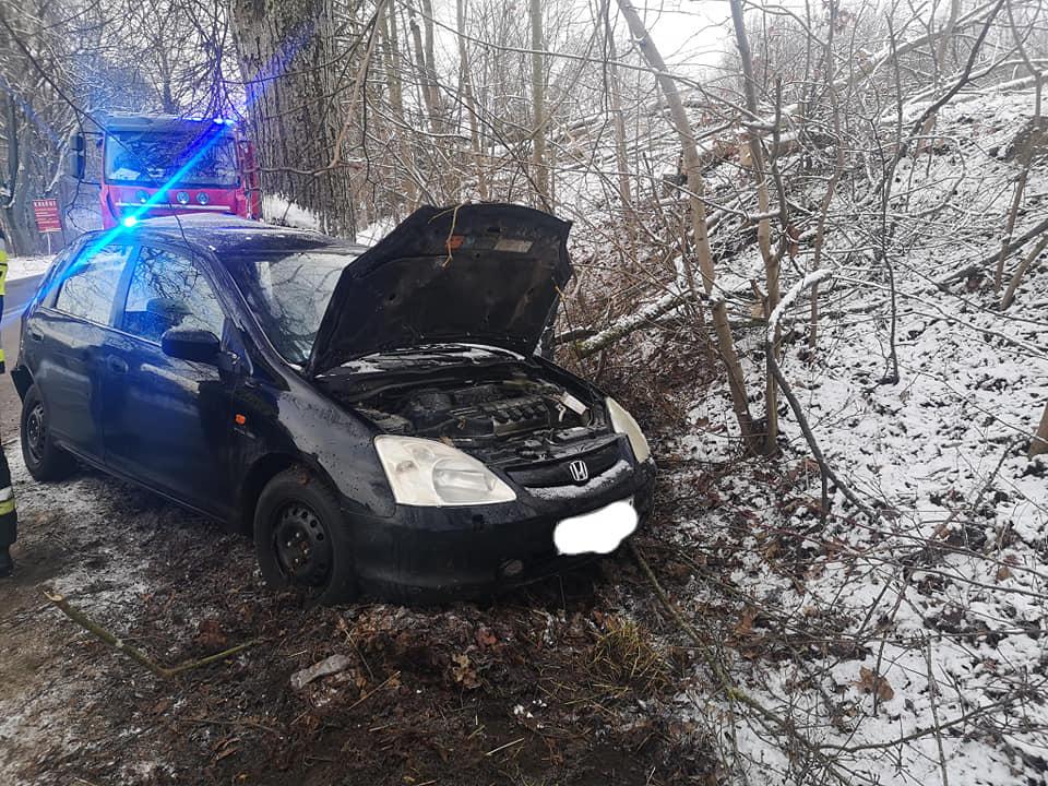 Samochód osobowy uderzył w drzewo. Jedna osoba poszkodowana FOTO