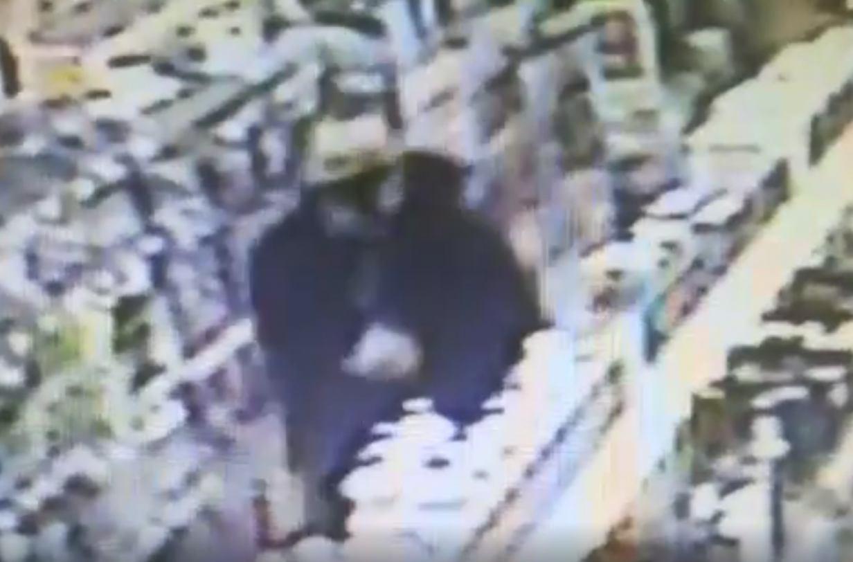 Kościerska policja apeluje o pomoc w ustaleniu tożsamości mężczyzny podejrzewanego o kradzież w jednym ze sklepów