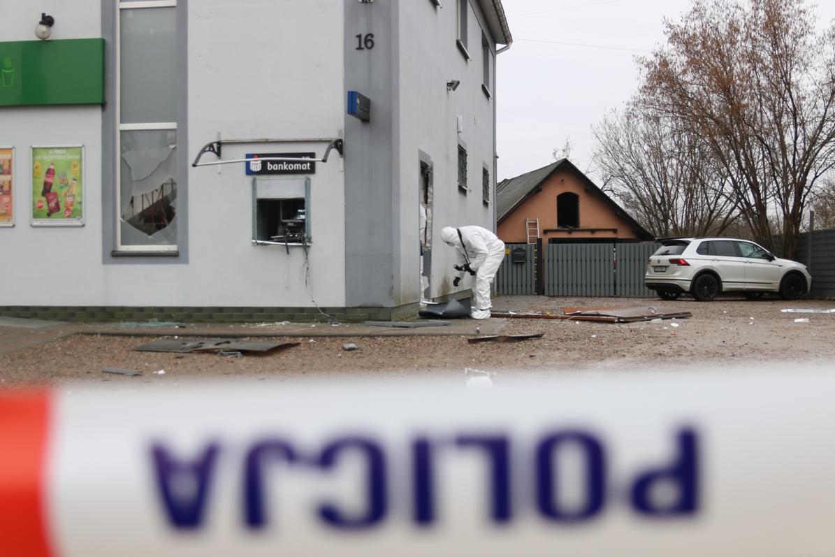 Nieznani sprawcy wysadzili bankomat w Przechlewie. Szuka ich policja i prosi świadków o pomoc FOTO, WIDEO