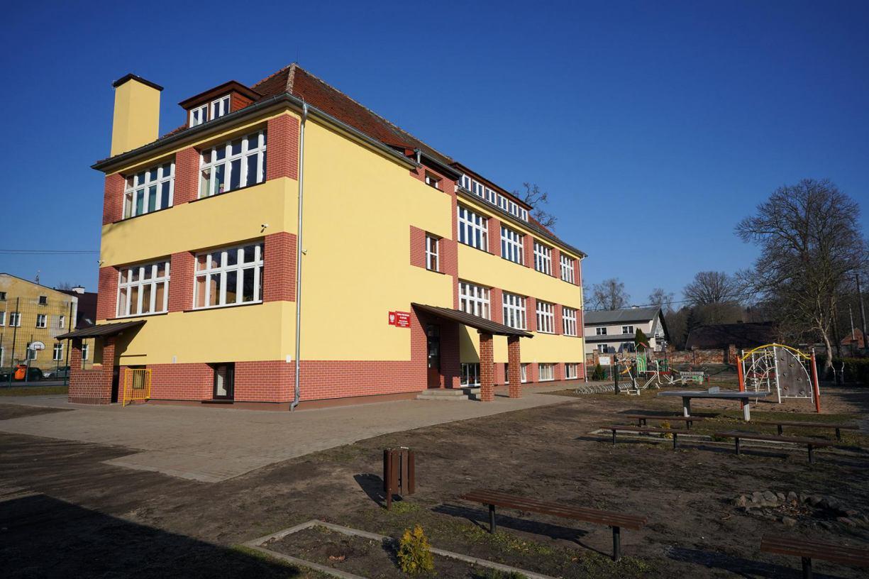 Szkoła Podstawowa w Sąpolnie, w gminie Przechlewo, została ocieplona i ma nową elewację
