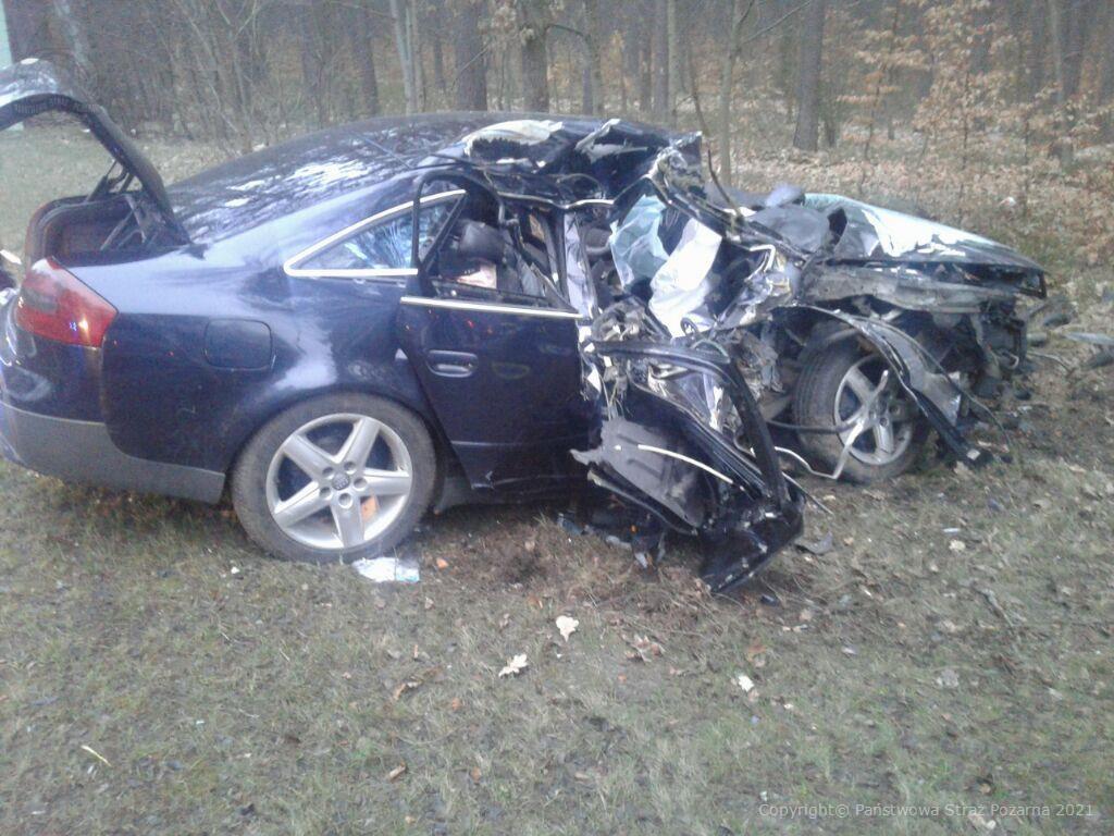 Droga krajowa nr 22 audi najechało na drzewo. 24-letni kierowca trafił do szpitala FOTO