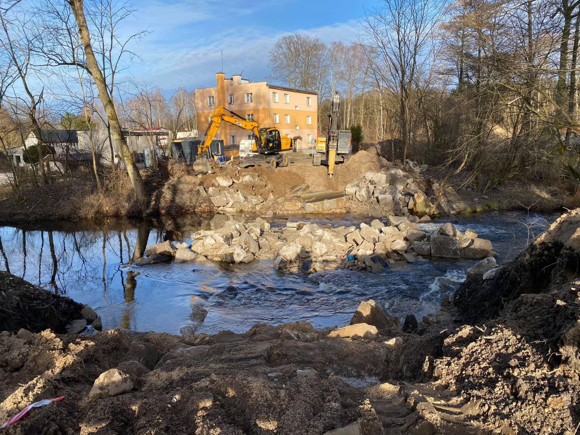 Będzie nowa przeprawa przez Czernicę w Czarnem. Dotychczasowy most został już zburzony