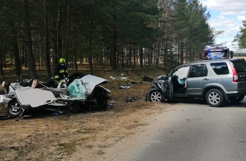 Na łuku drogi stracił panowanie nad pojazdem. Nie żyje 22-letni mężczyzna. Tragiczny wypadek koło Kościerzyny