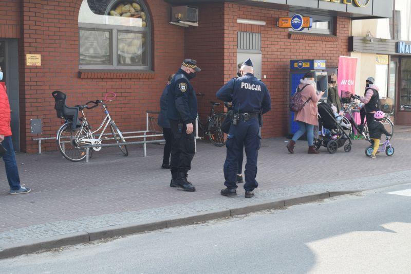 Chojnice policja kontroluje przestrzeganie obostrzeń i nakłada kary 130 mandatów w ciągu ostatnich dni