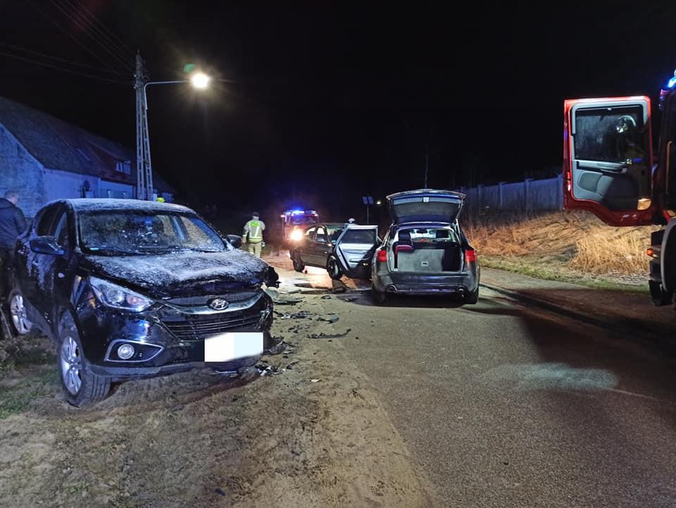 Jedna osoba trafiła do szpitala po zderzeniu trzech samochodów w Płaszczycy w gminie Przechlewo FOTO