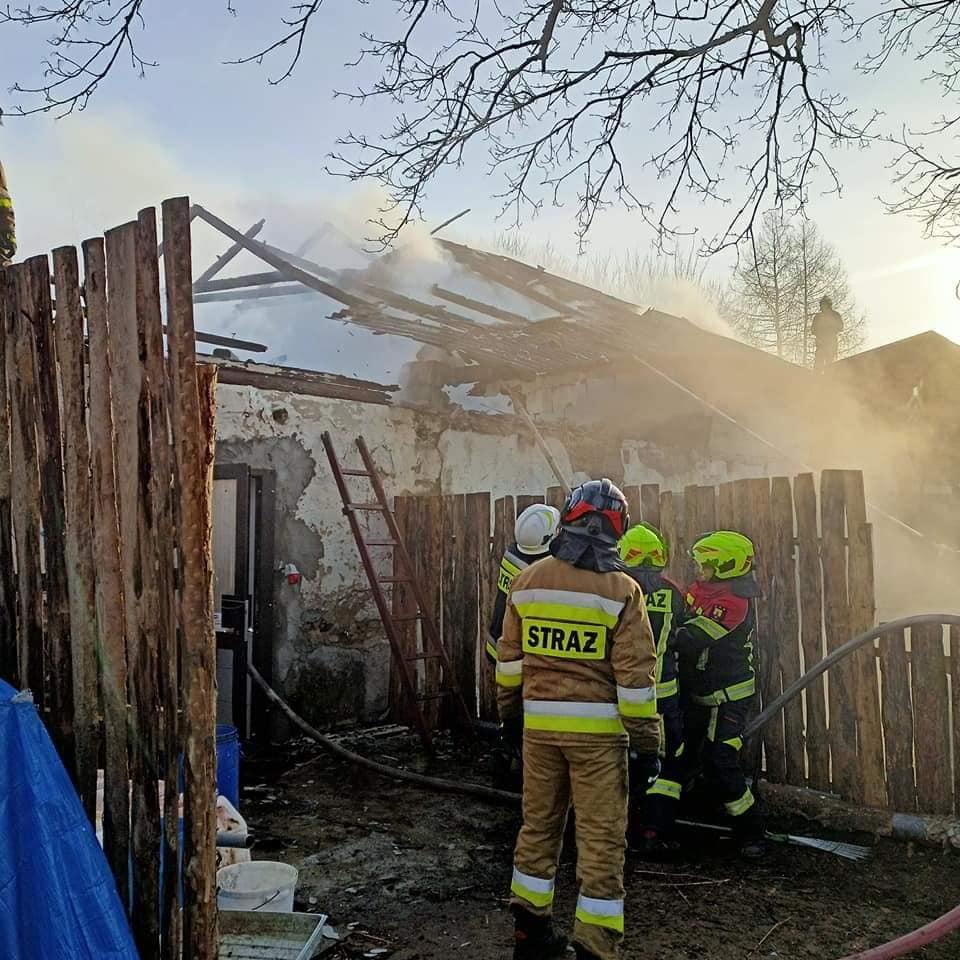 Groźny pożar w gminie Karsin. Płonął budynek gospodarczy, w którym znajdowało się ponad 40 kóz FOTO