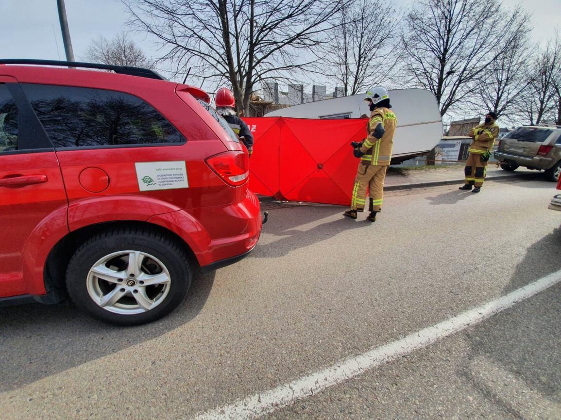 Śmiertelny wypadek w Czersku. Nie żyje kobieta przygnieciona przyczepą kempingową, która odczepiła się od auta FOTO